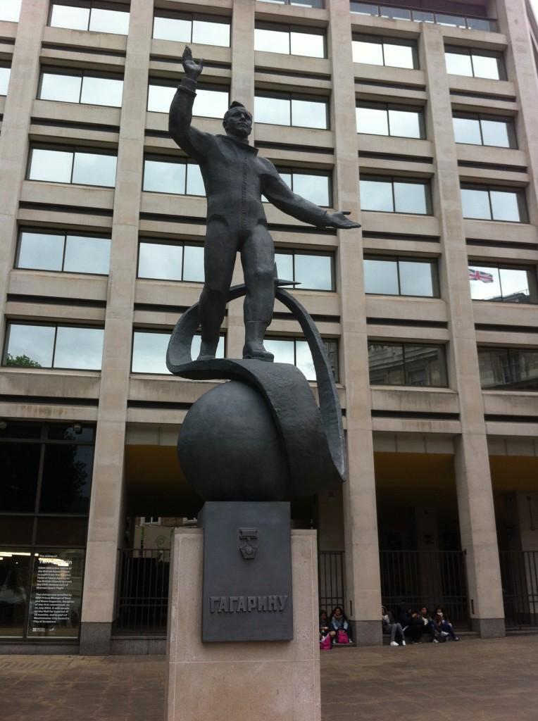 памятник Юрию Гагарину в центре Лондона